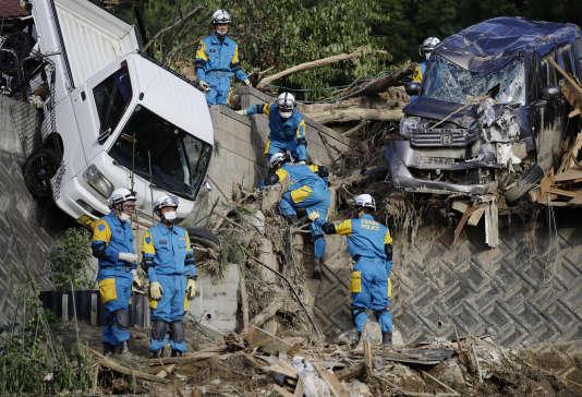 Les sauveteurs recherchent des personnes disparues sur un site de coulées de boue après des fortes pluies dans la ville de Kumano, dans le sud-ouest du Japon, le10juillet.