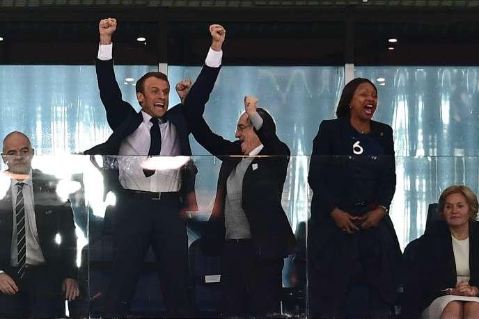 «l'image de la Russie pour les Français est «plutôt mauvaise» quoique en amélioration» (Emmanuel Macron, le président de la Fédération française de football, Noël Le Graët, et la ministre des sports, Laura Flessel, fêtent la qualification de la France pour la finale de la Coupe du monde, mardi 10 juillet à Saint-Pétersbourg).