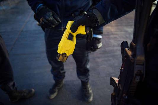 Un gendarme tient un Taser, à Tours, le 23 décembre 2016.