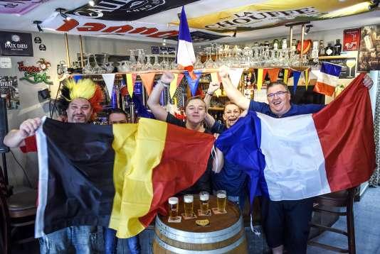Des supporteurs belges et français près de la frontière entre les deux pays, le 10 juillet.
