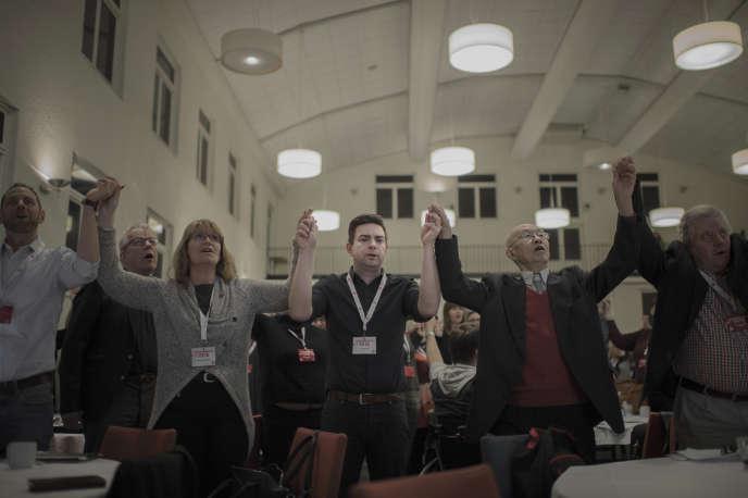 Jimmy Jansson (au centre) et des membres du Parti social-démocrate entonnent «l'Internationale», à Eskilstuna (Suède), le 8 avril.