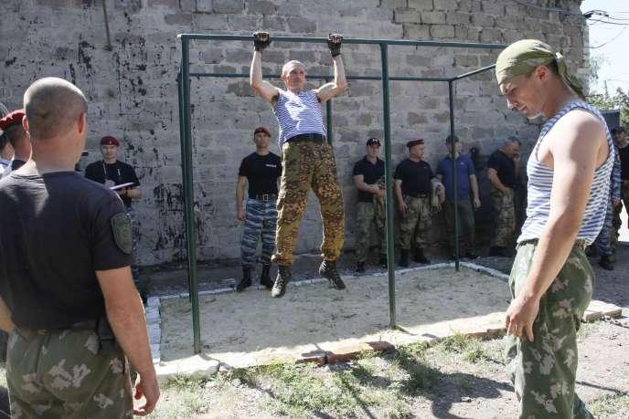 Des séparatistes prorusses, à Louhansk, le 10 juillet.