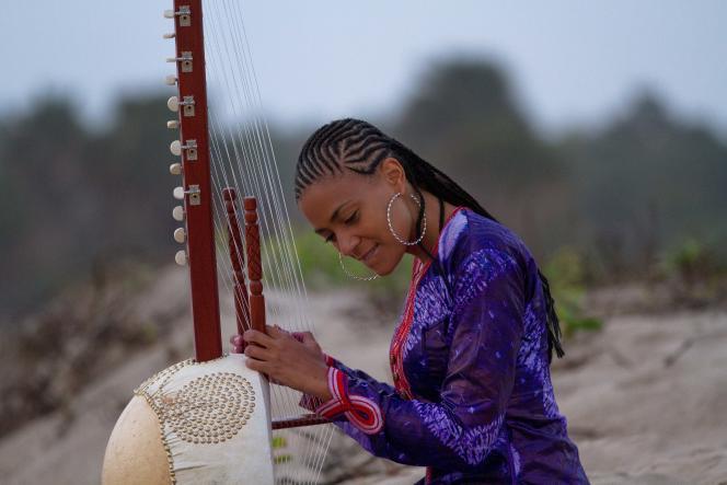 La chanteuse gambienne Sona Jobarteh et sa kora.