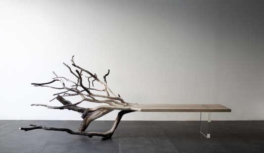 Banc Fallen Tree en chêne sculpté et pied enverre borosilicate (2011).