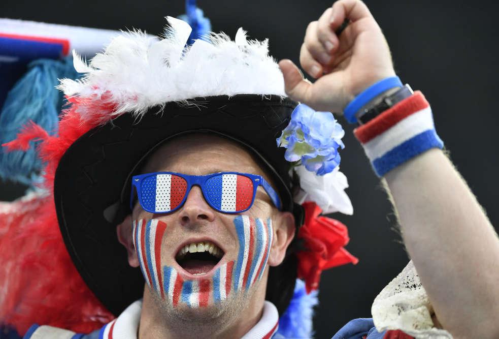Un supporteur français dans le stade de Saint-Pétersbourg, en Russie, peu avant la demi-finale entre la Belgique et la France.