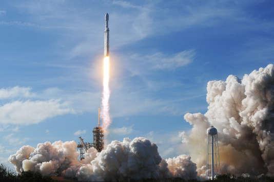 Le Falcon Heavy, conçu par SpaceX, est la fusée la plus puissante. Ici lors du lancement d'une voiture Tesla, en février, en Floride.