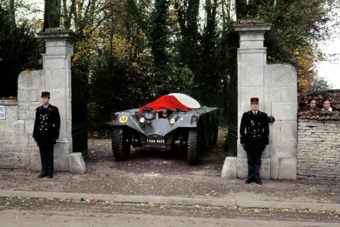 Le corps de Charles de Gaulle quitte La Boisserie, à Colombey-les-Deux- Eglises  (Haute- Marne), le 12 novembre 1970.