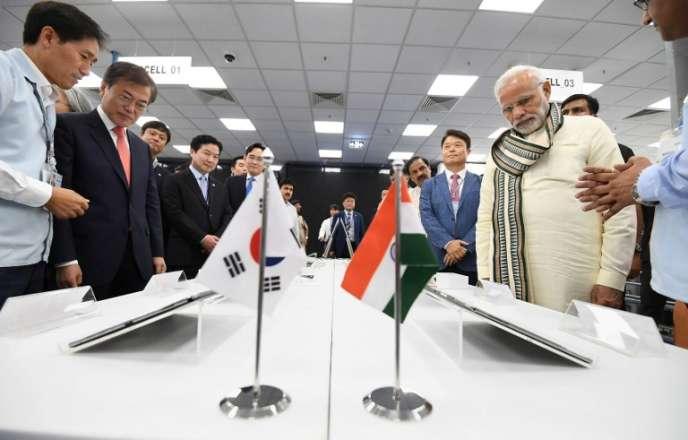 Narendra Modi, le premier ministre indien et le président sud-coréen, Moon Jae-in, lors de l'inauguration du site Samsung, à New Delhi, le 9 juillet.