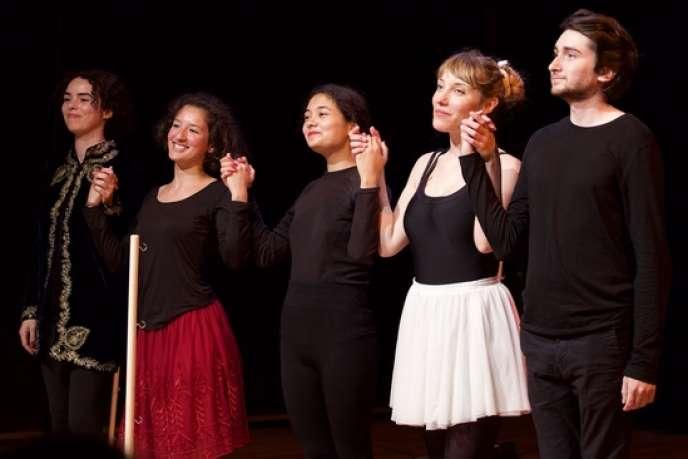 Une partie de la troupe des comédiens et comédiennes du spectacle «Les Six Frères Cygnes», mis en scène par Emma Lejeune.