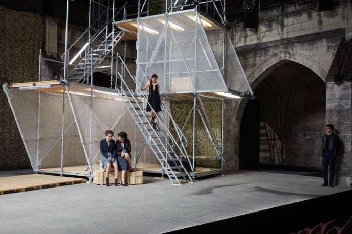 Dans« Iphigénie» mise en scène par Chloé Dabert, la partie droite du plateau est occupée par un échafaudage métallique, censé représenter le miradord'Agamemnon.