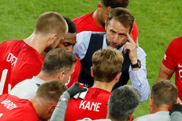 Le sélectionneur de l'Angleterre, Gareth Southgate, au milieu de ses joueurs, le 3 juillet.