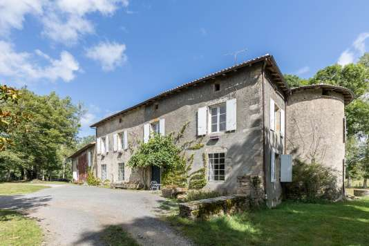 La Maison Maria Casarès se situe dans le domaine de La Vergne à Alloue (Charente).