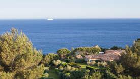 Une des villas de La Réserve Ramatuelle, cachée dans les pins face à la Méditerranée.