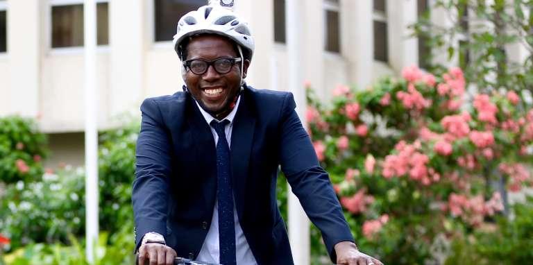 Andy Costa, 40 ans, est toujours en tenue d'apparat: jean, baskets et casque à vélo.