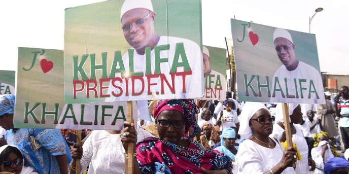Des soutiens de l'ancien maire de Dakar manifestent pour sa mise en liberté, le 19 mai 2017 dans la capitale sénégalaise.