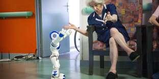 Une résidente interagit avec le robot Zora, à l'Ehpad Les balcons de Tivoli, près de Bordeaux.