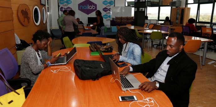 Des jeunes kényans travaillent sur leurs projets dans une ruche à start-up de Nairobi, en juillet 2016.