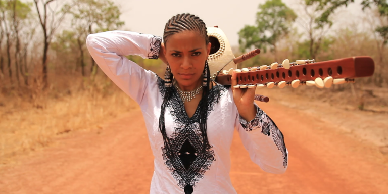 La chanteuse gambienne Sona Jobarteh pendant le tournage de son clip «Gambia».