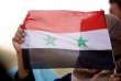 Une femme brandit le drapeau syrien à Deraa, le 4 juillet.