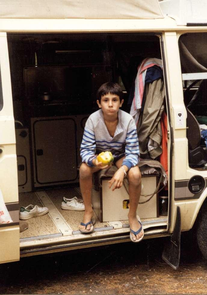 Ivan Jablonka dans le Combi Volkswagen de ses parents, en train de manger un poivron.