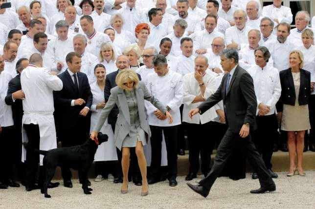 Emmanuel et Brigitte Macron avec Nemo lors de la réception de 180 chefs français à l'Elysée le 27 septembre 2017.