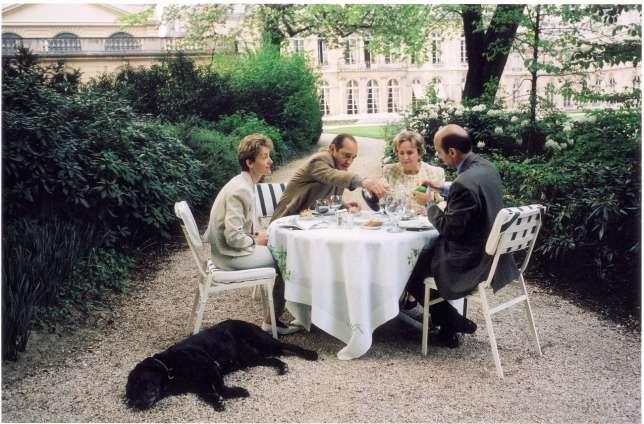 Après un cocker et un braque détesté offert par VGE, Jacques Chirac s'est converti au traditionnel labrador élyséen : ici Maskou, lors d'un déjeuner avec Bernadette et Alain et Isabelle Juppé, en avril 1996.