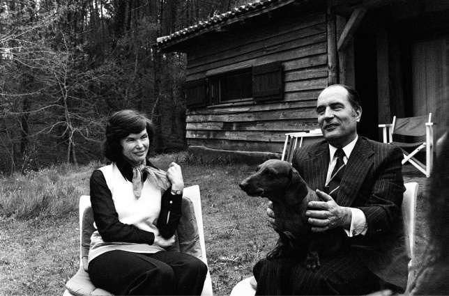 François Mitterrand et son épouse, Danielle,eurent plusieurs chiens avant les célèbres labradors Nil et Baltique. Ici, en avril 1974, avec le teckel Lip, dans leur maison de Latche.
