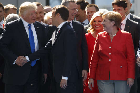 Donald Trump, Emmanuel Macron et Angela Merkel lors d'une réunion au siège de l'OTAN à Bruxelles (Belgique), en mai 2017.