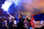 Sur les Champs-Elysées, les supporteurs de l'équipe de France ont laissé éclater leur joie, mardi 10 juillet 2018.