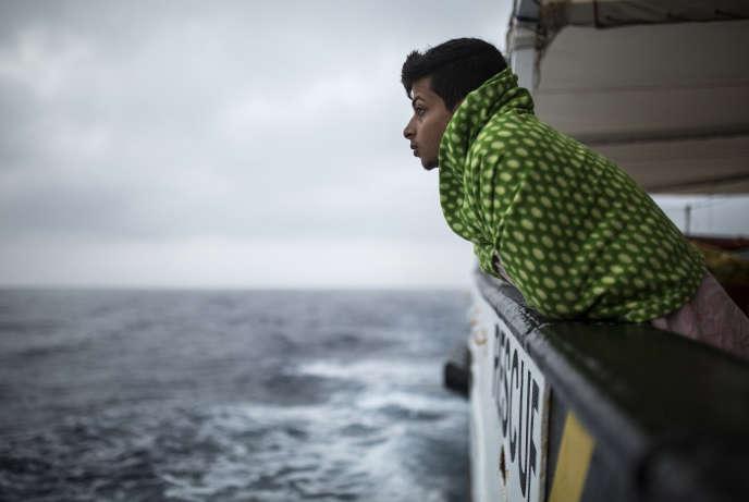 Un migrant secouru au large de la Sardaigne par le navire espagnol « Open Arms», le 2 juillet.