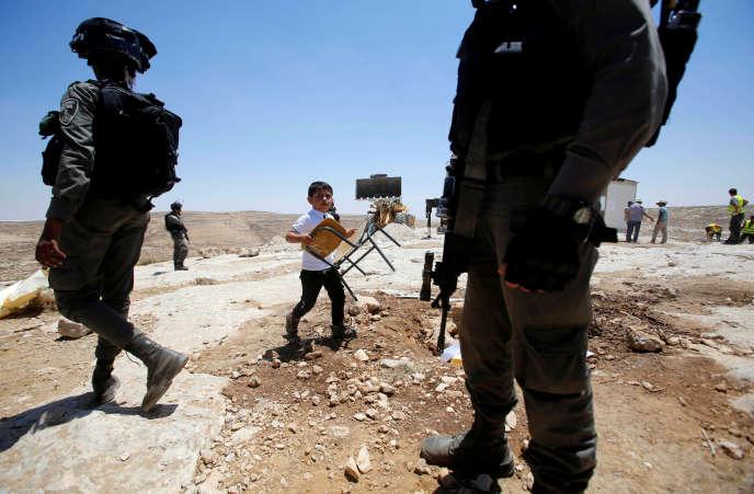 Un enfant palestinien lors du démantèlement par l'armée israélienne d'une école improvisée, près d'Hébron, en Cisjordanie, le 11 juillet.