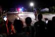 Les passants regardent la dernière ambulance partir après le succès de l'opération de sauvetage, à Chiang Rai (Thaïlande), le 10 juillet.