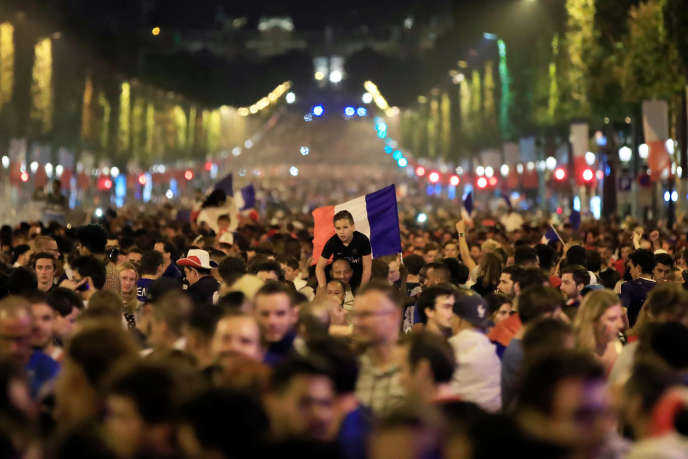 Les Champs-Elysées, noirs de monde après la victoire de la France sur la Belgique en demi-finale de la Coupe du monde de foot, à Saint-Pétersbourg, le 10 juillet.