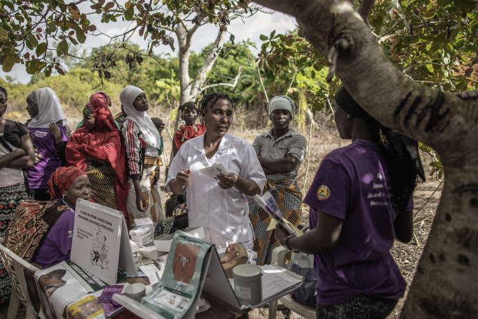 Une campagne du Fonds des Nations unies pour la population renseigne les habitants sur la contraception, à Massininca (Mozambique), le 4 juillet.