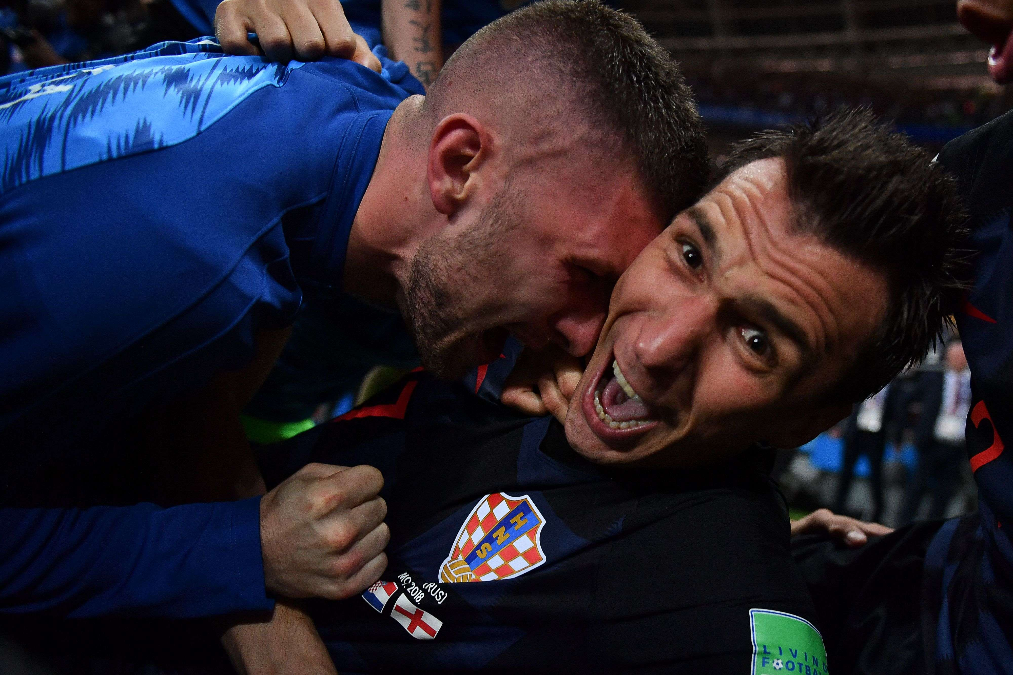 TOPSHOT - Croatia's forward Mario Mandzukic (R) celebrates with teammates after scoring his team's second goal during the Russia 2018 World Cup semi-final football match between Croatia and England at the Luzhniki Stadium in Moscow on July 11, 2018. RESTRICTED TO EDITORIAL USE - NO MOBILE PUSH ALERTS/DOWNLOADS