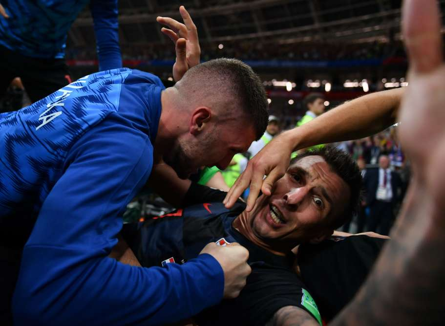 Croatia's forward Mario Mandzukic (R) celebrates with teammates after scoring his team's second goal during the Russia 2018 World Cup semi-final football match between Croatia and England at the Luzhniki Stadium in Moscow on July 11, 2018. RESTRICTED TO EDITORIAL USE - NO MOBILE PUSH ALERTS/DOWNLOADS   / AFP / Yuri CORTEZ / RESTRICTED TO EDITORIAL USE - NO MOBILE PUSH ALERTS/DOWNLOADS