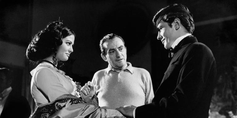Prod DB © Pathe-Titanus /DR LE GUEPARD (IL GATTOPARDO) de  Luchino Visconti 1963 ITA Claudia Cardinale, Luchino Visconti et Alain Delon sur le tournage du