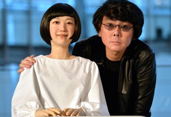 Hiroshi Ishiguro (à droite), professeur à l'université d'Osaka, montrant le premier robot humanoïde Kodomoroid, à Tokyo, le 24 juin 2014.