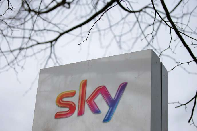 Logo de Sky devant le siège social du groupe britannique, à Londres , le 11 juillet.