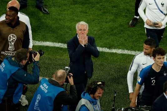 Le sélectionneur de l'équipe de France Didier Deschamps encerclé par les médias après la victoire contre la Belgique, le 10 juillet.