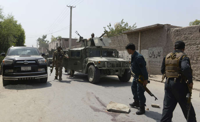 Les forces de sécurité afghanes interviennent après un attentat suicide à Jalalabad, à l'est de Kaboul, le 11 juillet 2018.
