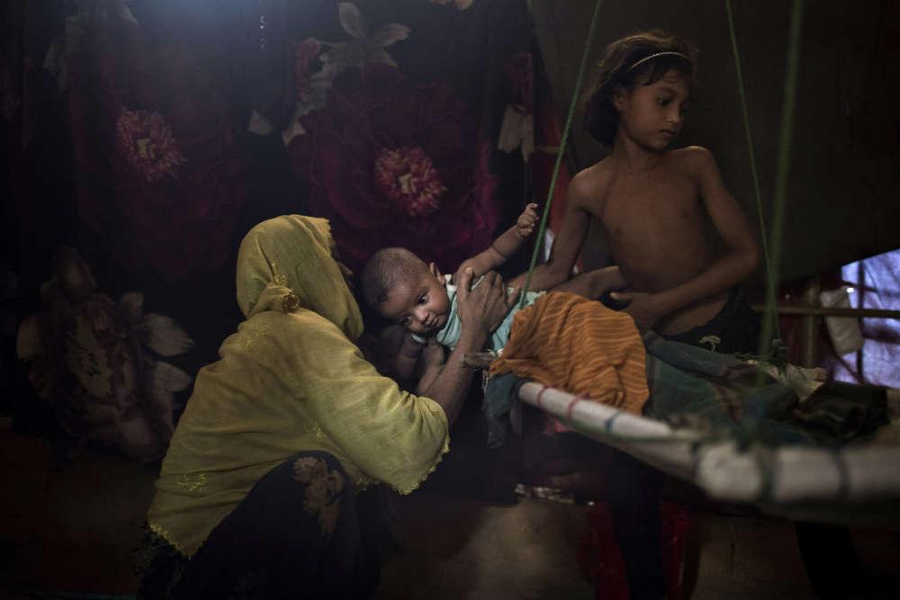 «M» a été violée par six soldats des forces de sécurité du Myanmar, nom officiel de la Birmanie. Auparavant, ils avaient étranglé son fils de 2 ans. Elle a ensuite découvert qu'elle était enceinte et a donné naissance à un petit garçon. Après avoir raconté à son mari ce qu'il s'était passé, il ne veut plus rien avoir à faire avec elle ou avec le bébé.