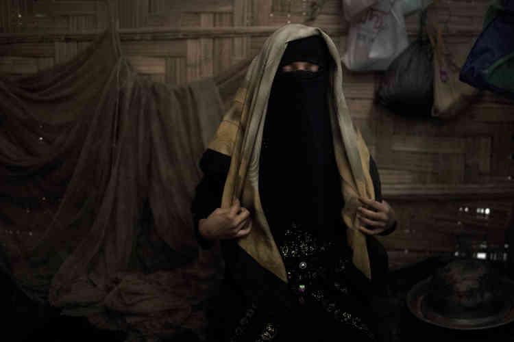 « A» ajuste son foulard dans son abri familial, au camp de réfugiés de Jamtoli au Bangladesh.