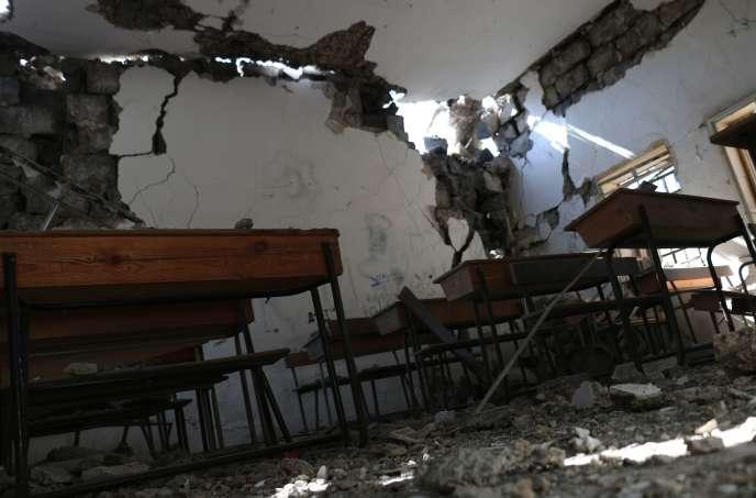 Une école endommagée par des bombardements du régime syrien, le 11 juillet à Nawa, au nord de Deraa.