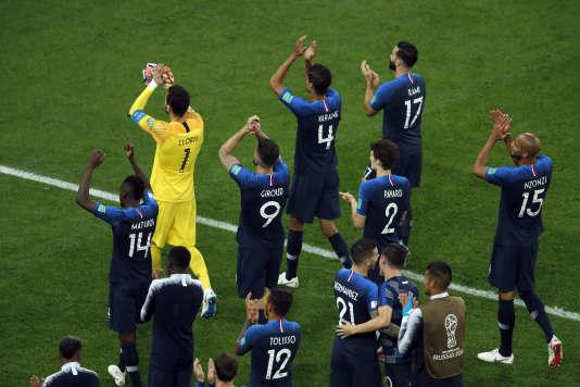 Les joueurs saluent leurs supporters réunis au stade de Saint-Pétersbourg, le 10 juillet.