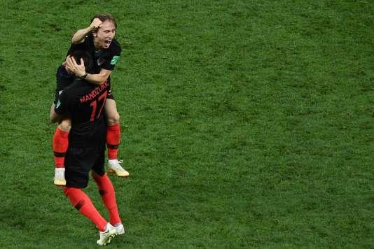 Les Croates Mario Mandzukic et Luka Modric célèbrent leur victoire en demi-finale face à l'Angleterre (2-1), mercredi 11 juillet.