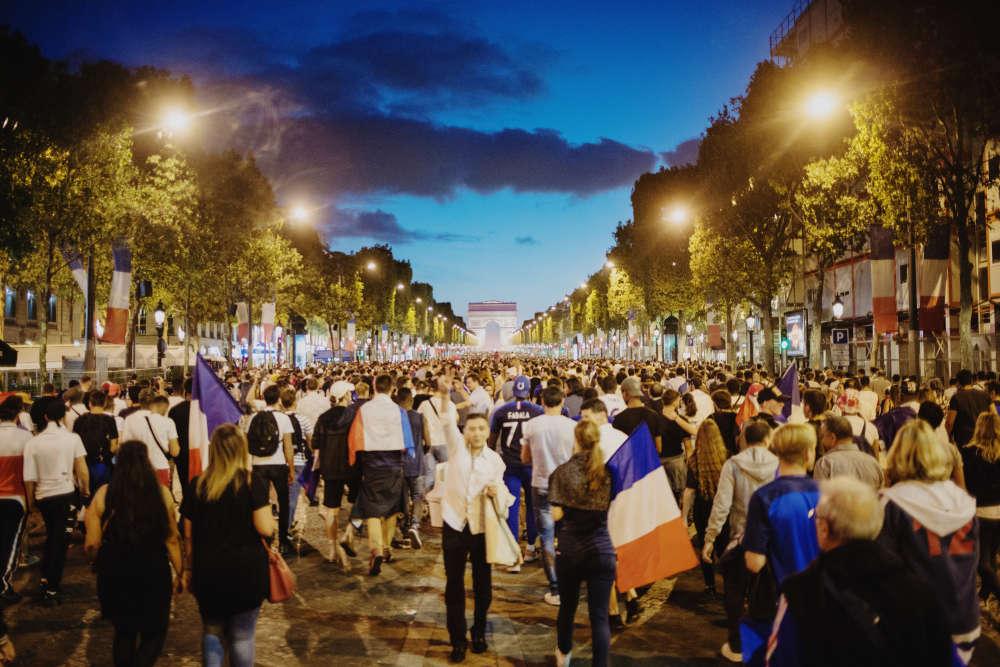 Sur les Champs-Elysées, à Paris.