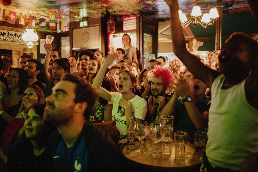 Au Downtown Café, dans le 11e arrondissement, l'ambiance est restée tendue avant que l'ouverture du score de la tête de Samuel Umtiti, peu avant l'heure de jeu, libère les supporteurs.