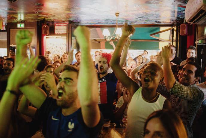 Euphorie après le but de l'équipe de France contre la Belgique lors de la demi-finale de la Coupe du monde, au downtonwn café, à Paris, le 10 juillet.