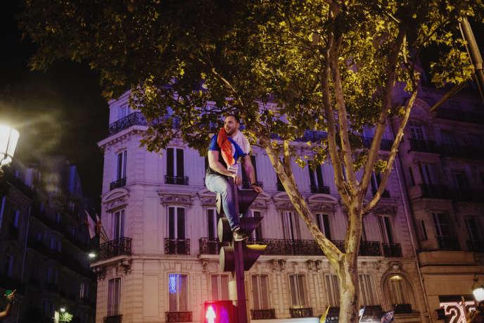 La soirée a pris des airs de finale, sur les Champs-Elysées, la foule chantant « La Marseillaise» rappellant la communion de1998.